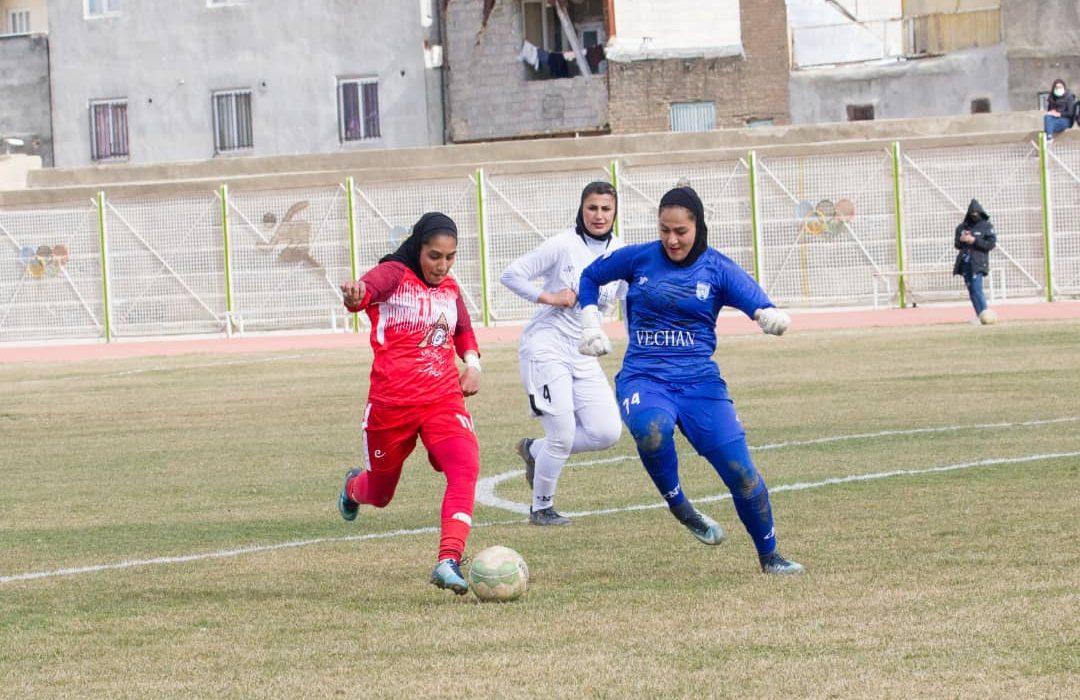 وچان کردستان ۰ شهرداری بم ۰   لغزش مدافع عنوان قهرمانی در زمین برفی ملکنیا